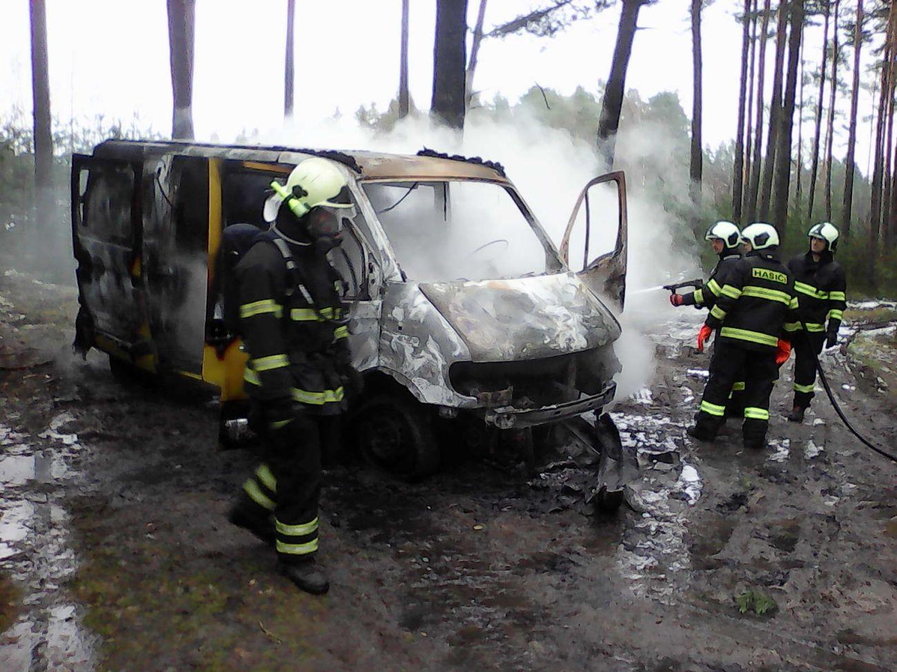 Hasiči z Lišova likvidovali požár dodávky v lese u obce Kolný