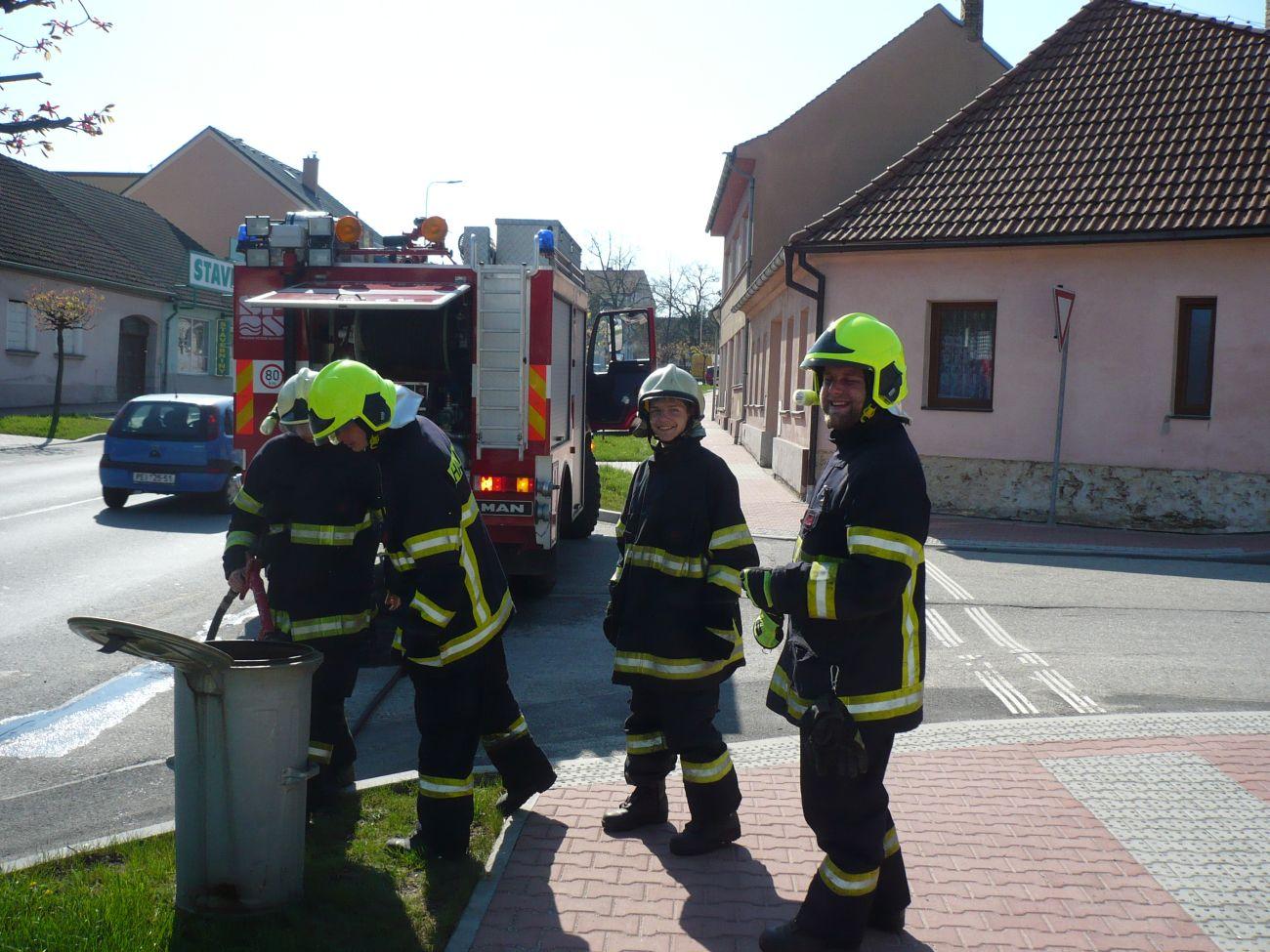 Požár popelnice v Lišově 18. dubna 2018
