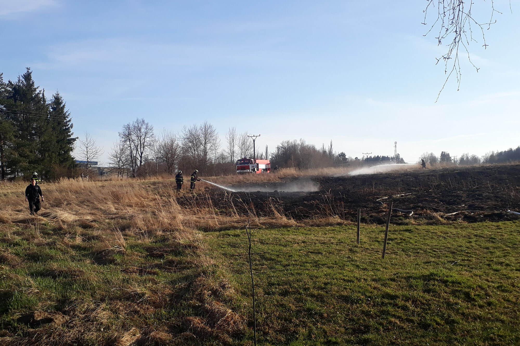 Požár pole u benzínky