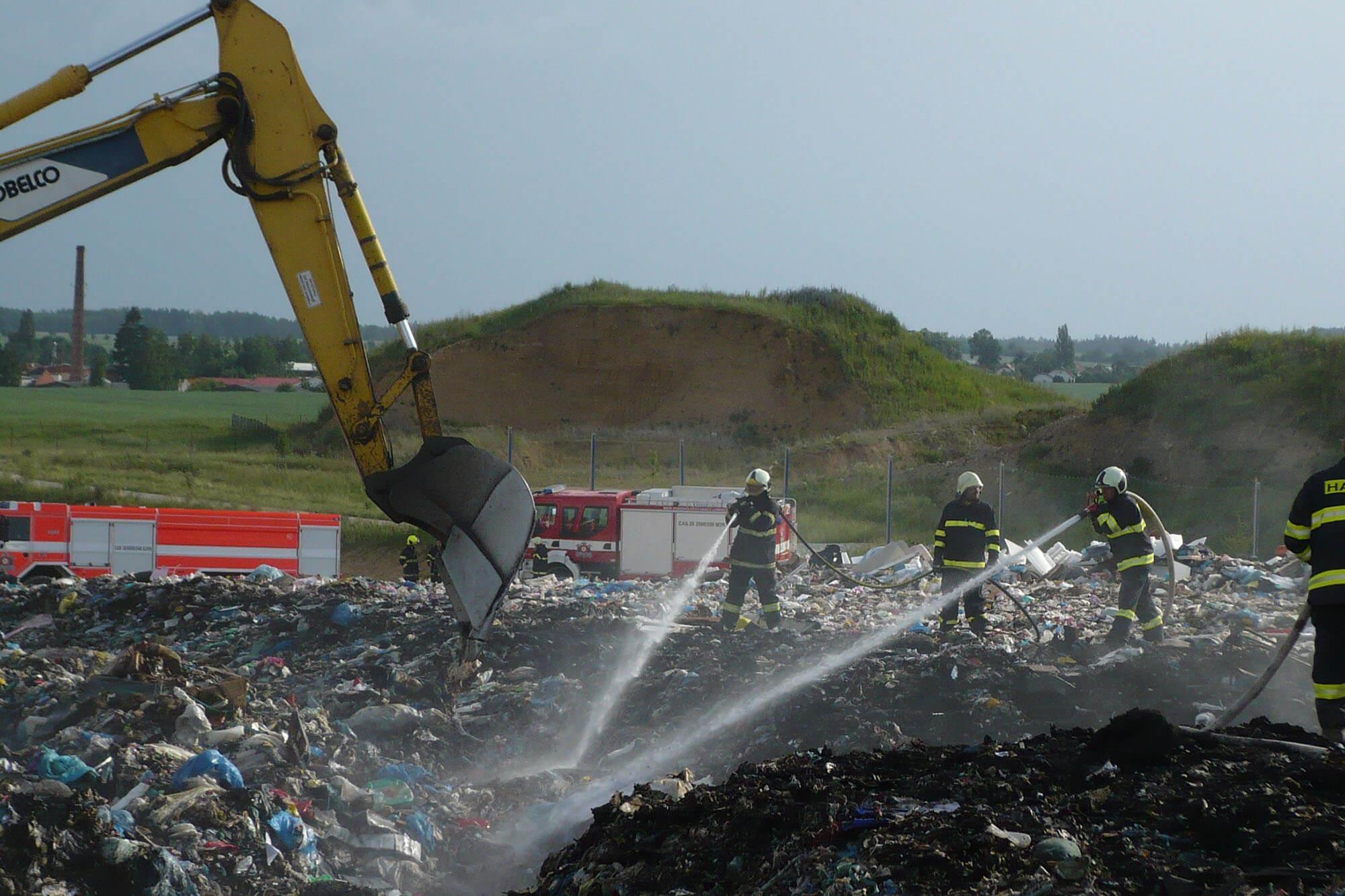 Rozsáhlý požár skládky v Lišově