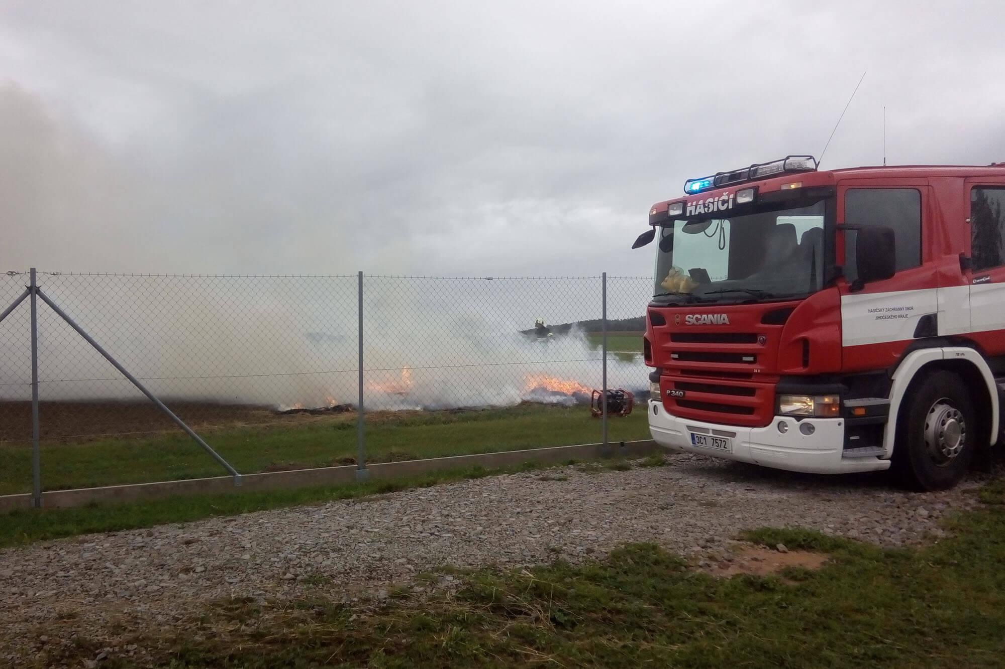 Požár balíků v přístřešku ve Slověnicích